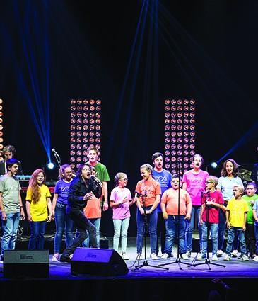 chorale des enfants de l'unité d'oncologie-hématologie pédiatrique des HUG accompagnée du chanteur 2