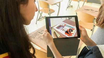 Des bureaux d'écoliers gravés pour lutter contre le (cyber)harcèlement scolaire
