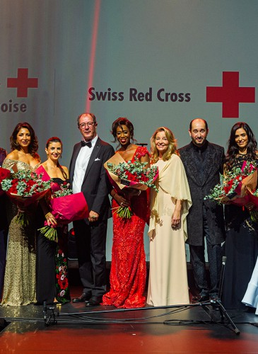 Membres du Comité exécutif du Bal de la Croix-Rouge entourant